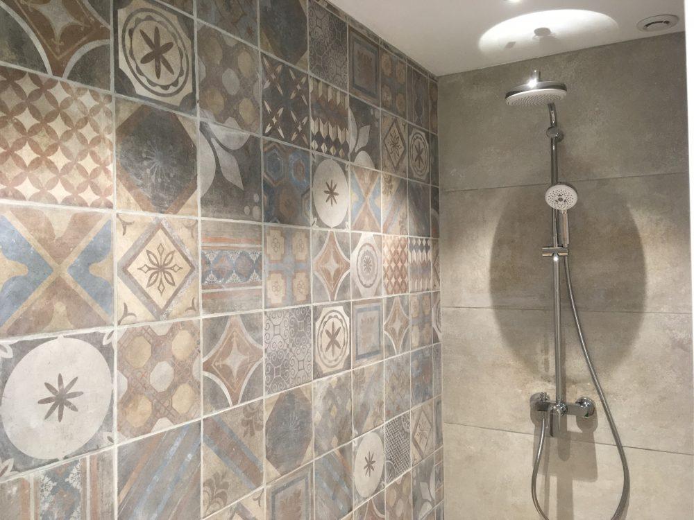 salle de douche spacieuse, douche à l'italienne, sèche serviette électrique