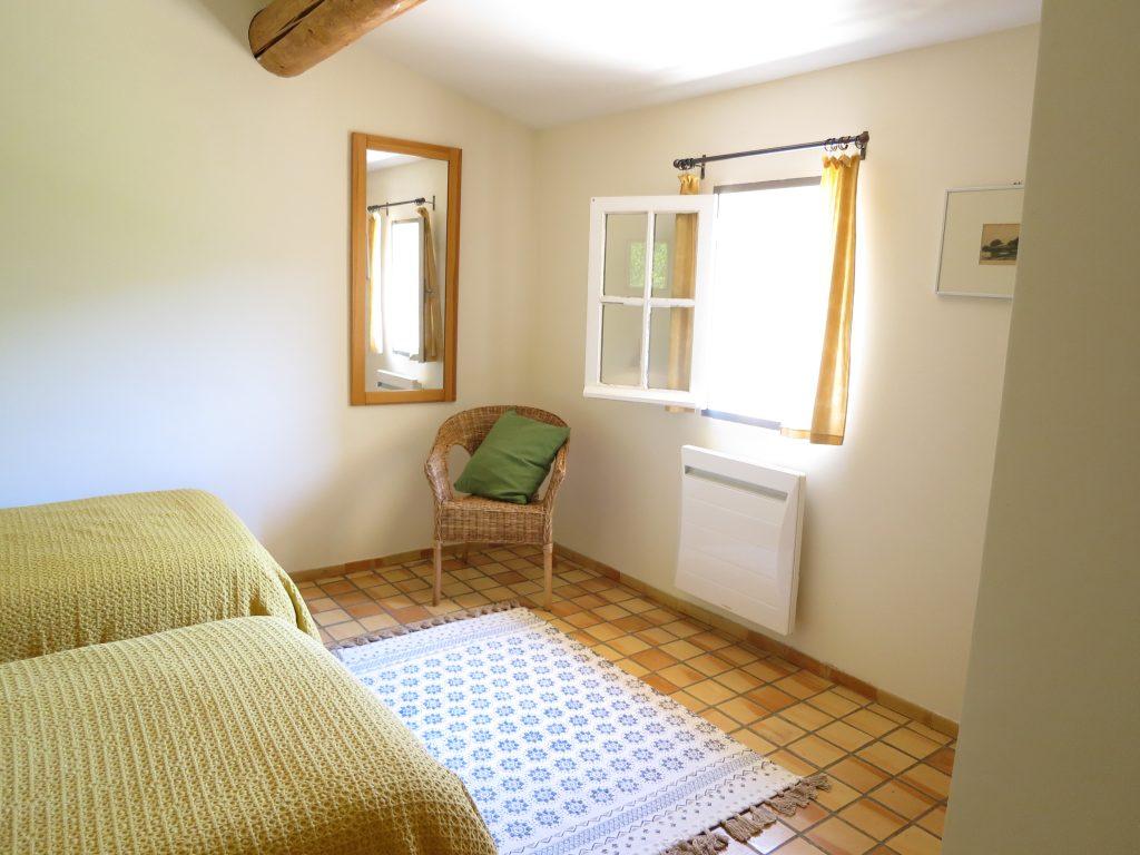 Chambre twin à l'étage du Mas des Lavandes, vue sur le Luberon