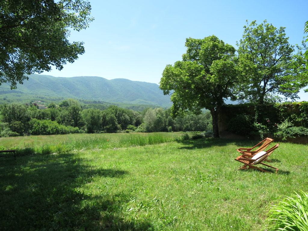Le jardin privatif du Mas du Luberon est face au Luberon