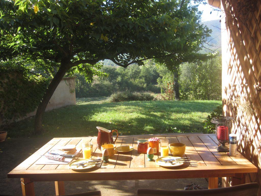 Petit déjeuner sur la terrasse du Mas des Lavandes à Céreste
