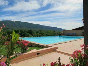 Grande piscine 12 par 8 m avec très belle vue sur le Luberon