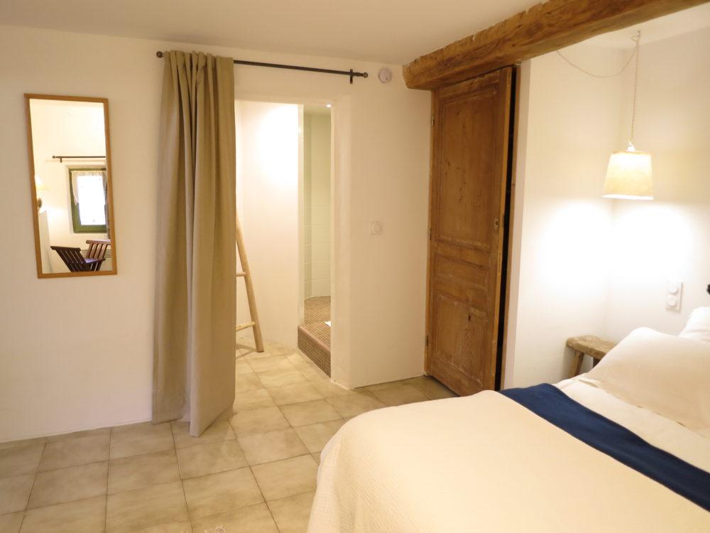 Chambre et salle d\'eau privative - Domaine de la Bastidonne