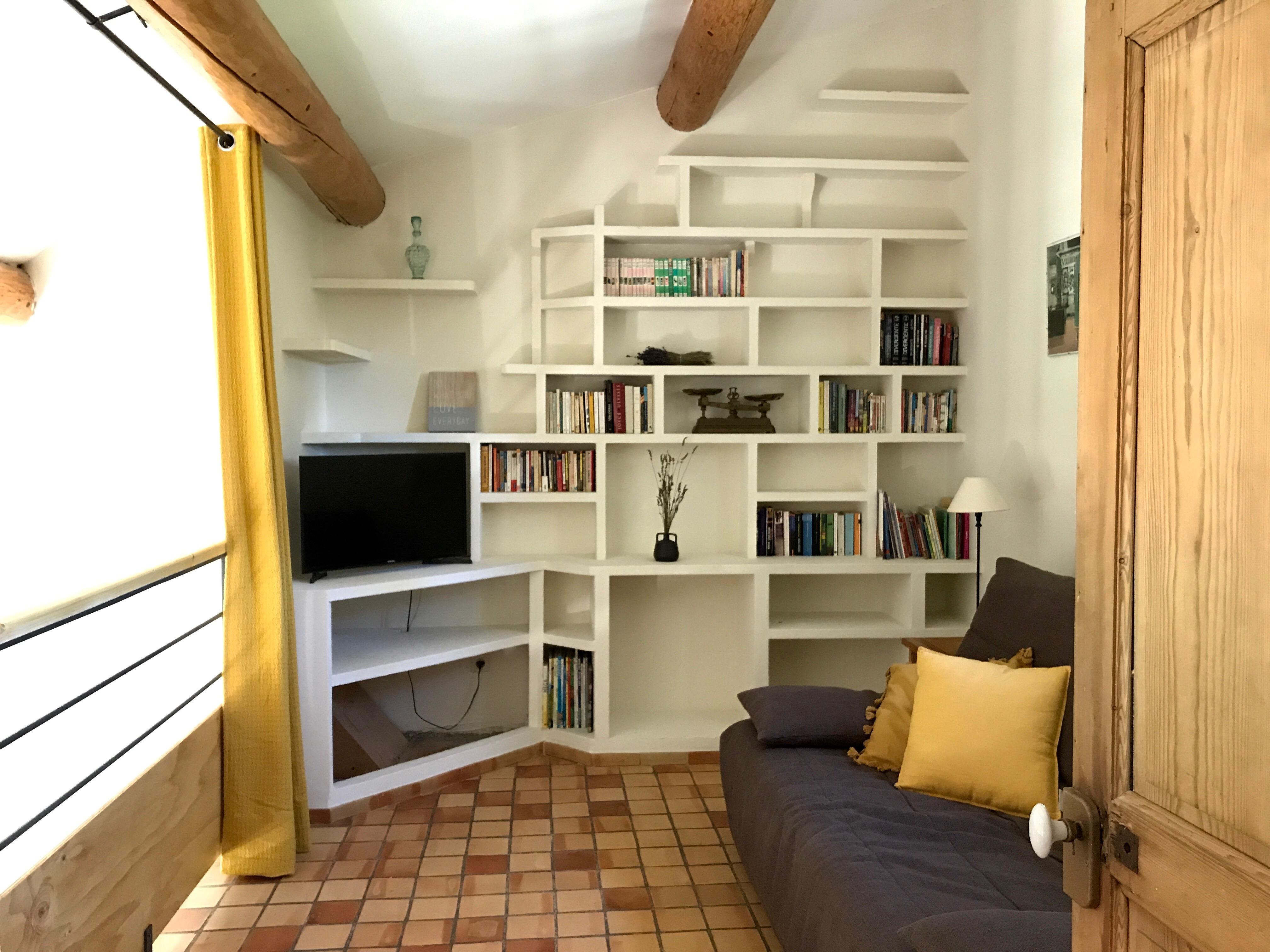 mezzanine, coin tv avec canapé convertible