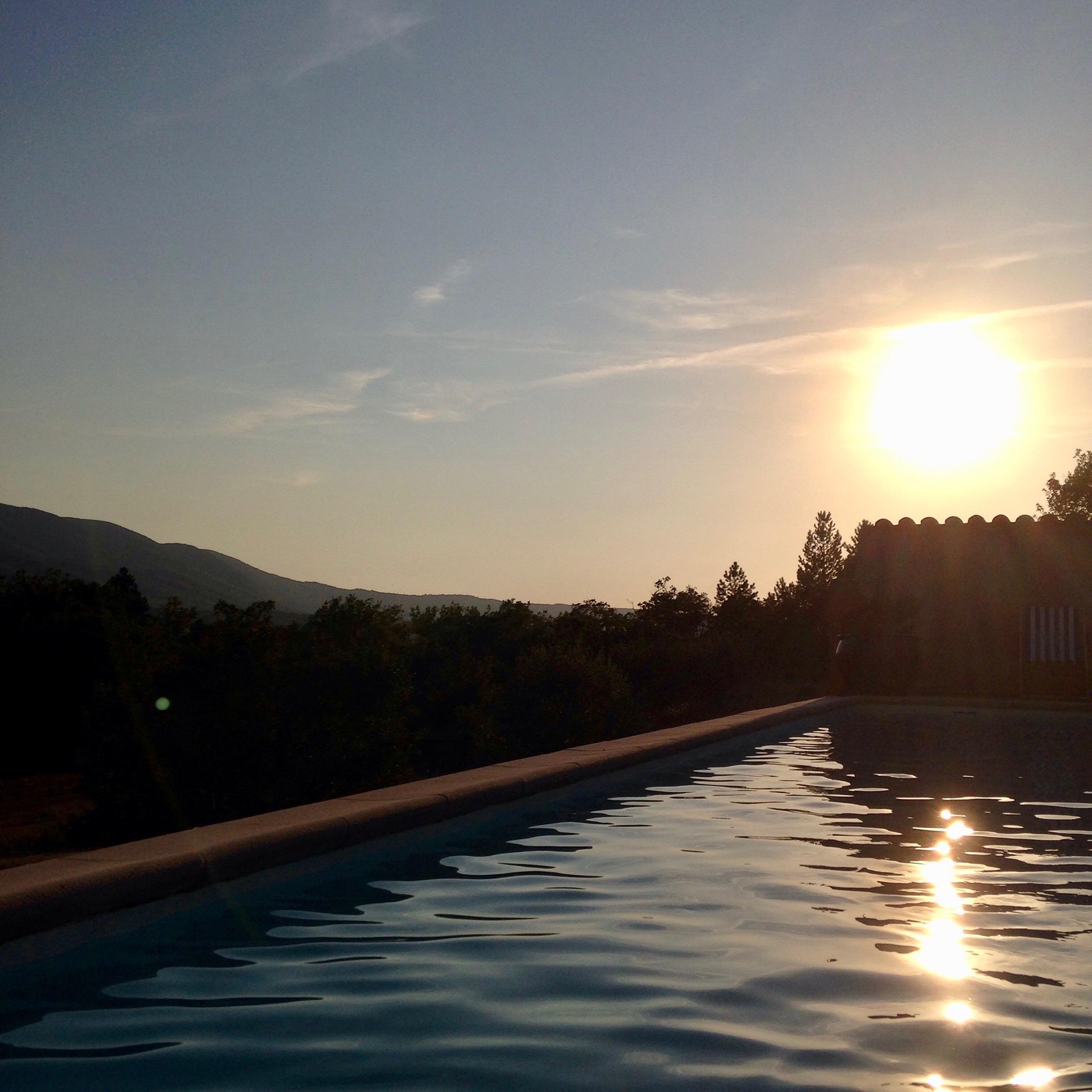 coucher de soleil piscine la bastidonne céreste